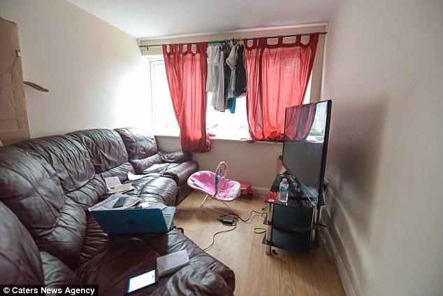 La familia se queja de que están viviendo en condiciones de hacinamiento con una falta de almacenamiento