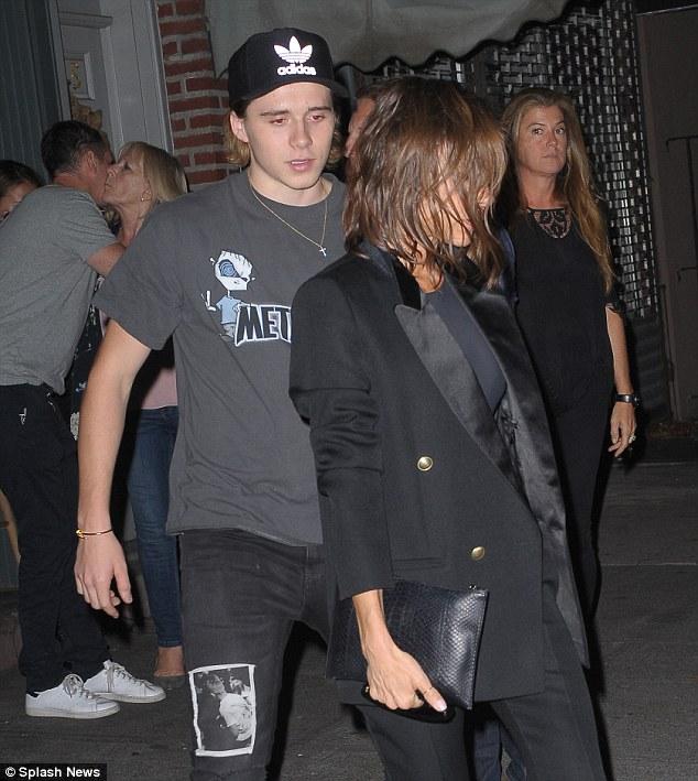 tempo de festa: Victoria parecia que ela deixe seu cabelo para baixo quando ela comemorou seu sucesso NYFW com o filho Brooklyn e da família na noite de domingo