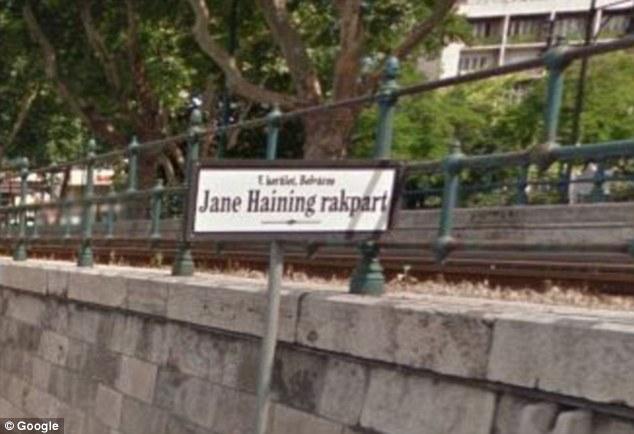 Un segnale stradale a Budapest, Ungheria, rende omaggio a Miss Haining, che ha protetto le ragazze locali