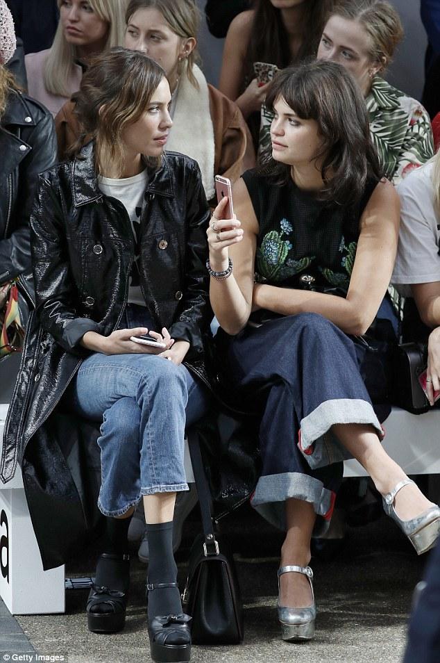 Pares à moda: Pixie tomou seu lugar na primeira fila ao lado elegante amigo próximo Alexa, 32