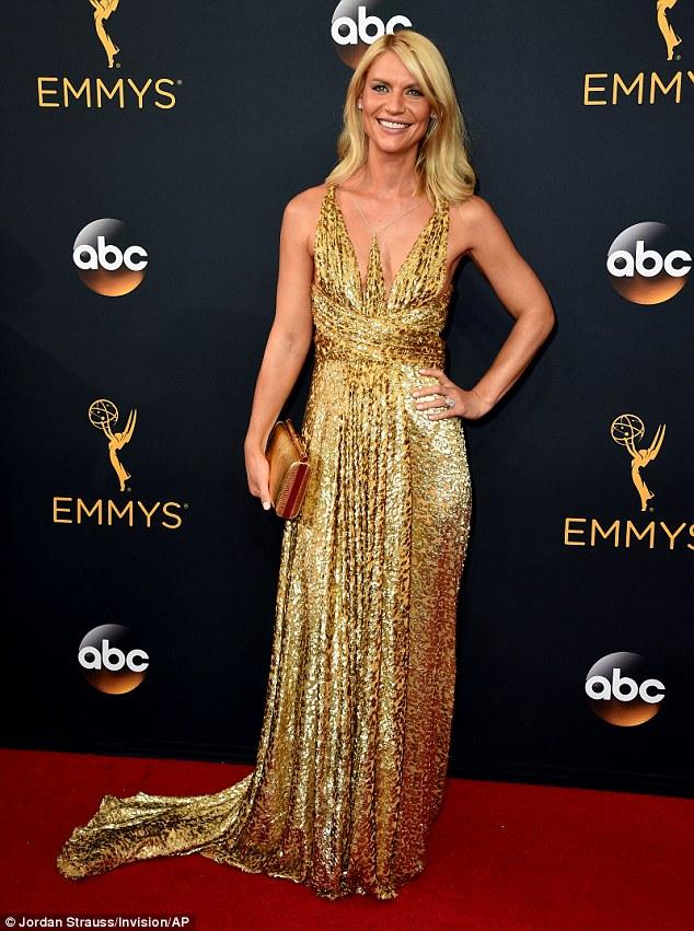 Mais do que o ouro bronze: Claire Danes saiu mais bronzeada do que qualquer outra coisa depois de um bronzeamento aparente falha no Emmys anuais 68th na noite de domingo