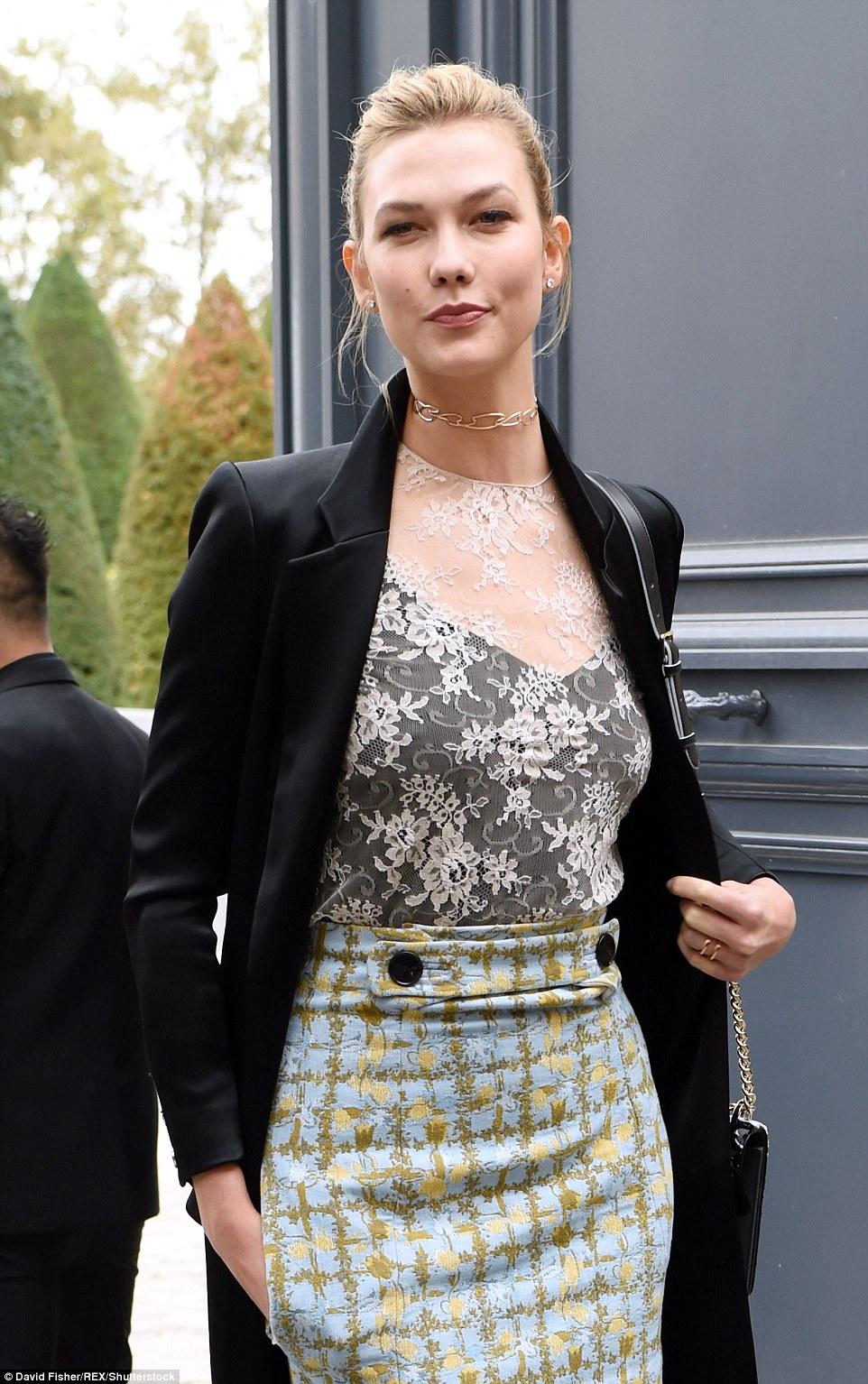 Super elegante: A sensação passarela habilmente colidiu padrões, emparelhando a saia declaração com um top de renda branca peculiar, usado sobre um colete preto