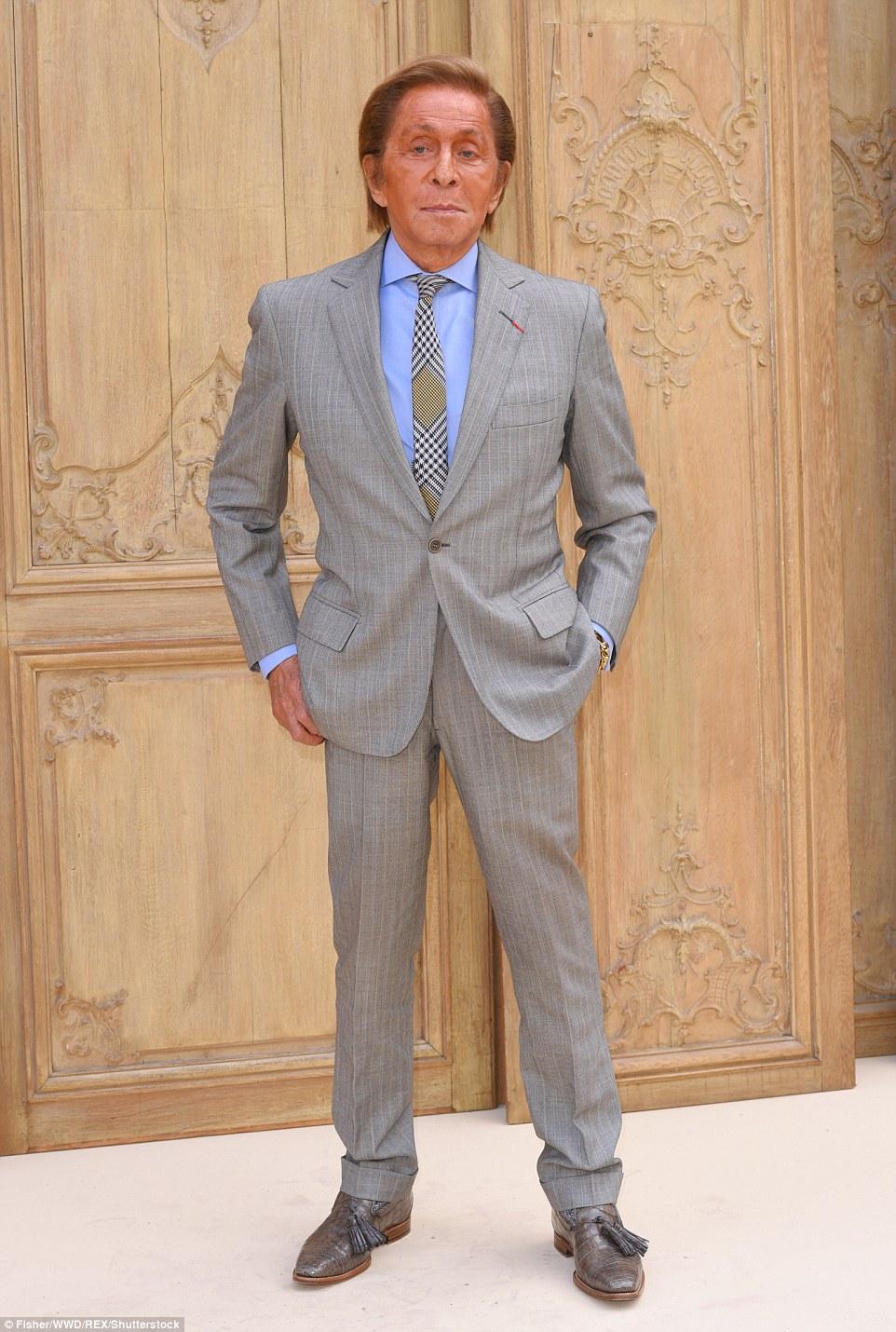 Homem do momento: Valentino Garavani parecia arrojado em um terno cinza com uma camisa azul e verificado laço junto com sapatos de pele de cobra tasselled