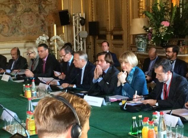Une réunion de crise sur la Libye a fait peu de progrès dans la négociation d'un accord de paix après que les autorités françaises ne d'inviter quelqu'un du gouvernement libyen pour les pourparlers à Paris