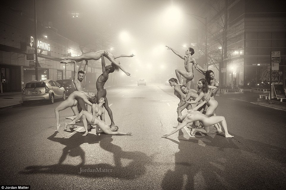 A matéria, que também é o autor de The New York Times best-seller intitulado Dançarinos entre nós, tiro os dançarinos sem roupa em muitos locais em os EUA, Canadá e Europa.  Este grupo de dançarinos acrobáticos posou em uma rua de Chicago