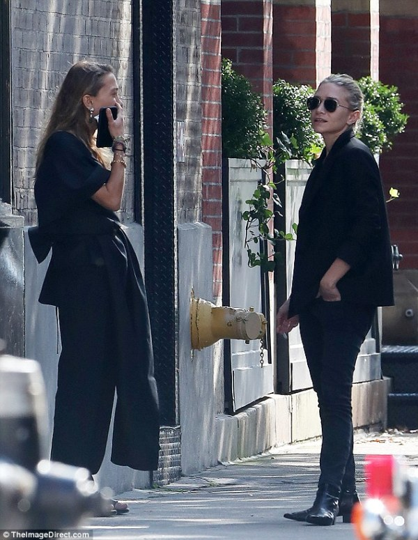 Ashley and MaryKate Olsen chat outside their New York