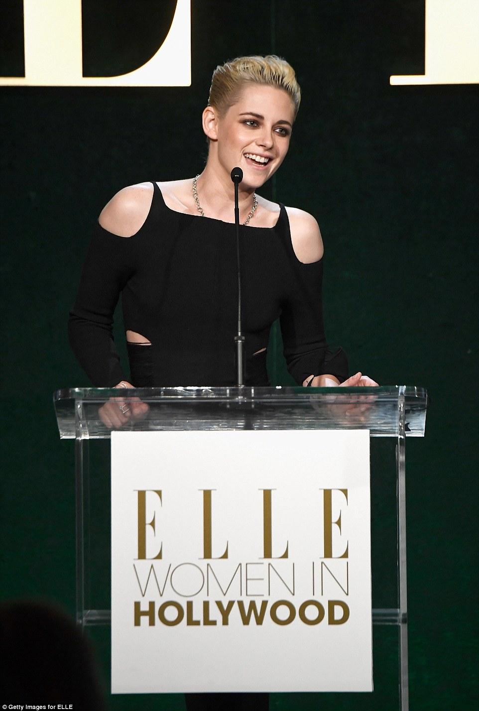 Aquele sorriso raro: Como Kristen subiu ao palco naquela noite, ela abriu um sorriso raro