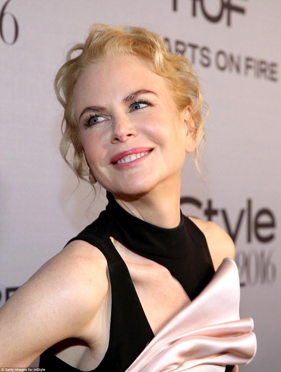 Radiante sorriso: Nicole deslumbrado quando ela olhou para a distância