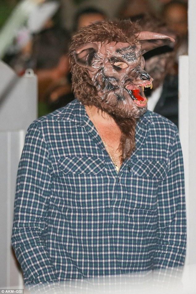 agradável peludo!  Ele tem um dos rostos mais conhecidos do mundo, mas Leonardo DiCaprio se transformou em um lobisomem para a festa de Halloween de Kate Hudson na Califórnia na sexta-feira