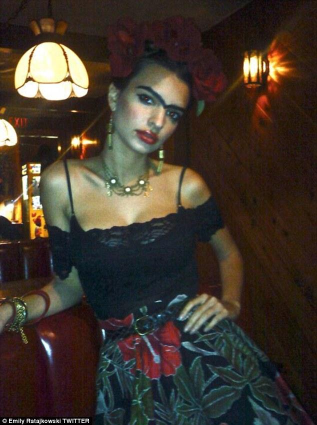 """""""Caminho de volta em 2009 ': No início da semana, Emily Ratajkowski, 25, compartilhou uma foto de si mesma vestida como pintora mexicana iconic, Frida Kahlo"""