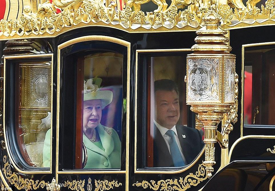 A rainha e presidente Juan Manuel Santo deixou em uma procissão carruagem para o Palácio de Buckingham - viajando ao longo The Mall