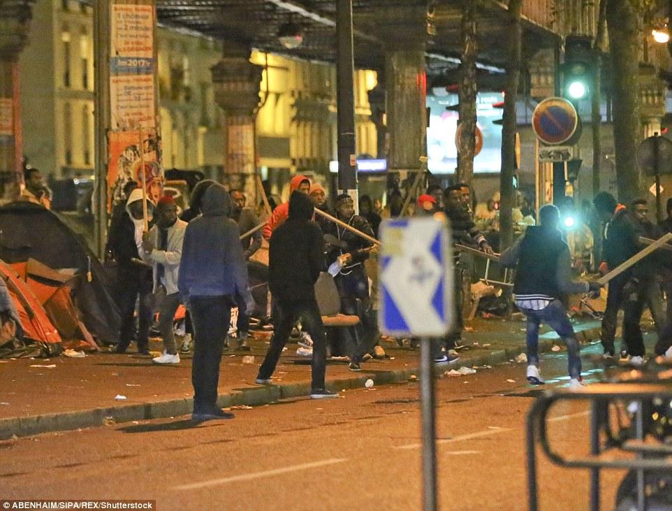 La police avait plus tôt rassemblé des migrants et déblayé certaines de leurs tentes dans un camp de fortune à Paris dans le cadre des efforts du gouvernement français pour s'attaquer à la crise des migrants