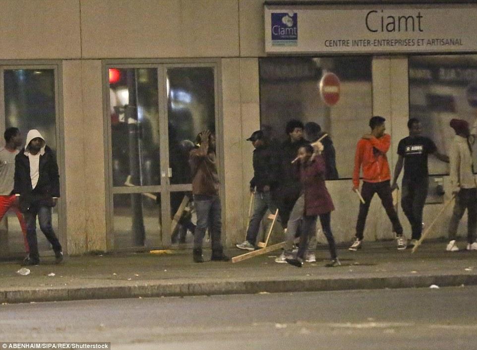 Retraite: Un groupe de migrants transportant des morceaux de bois a été vu s'éloigner de la scène après la bagarre