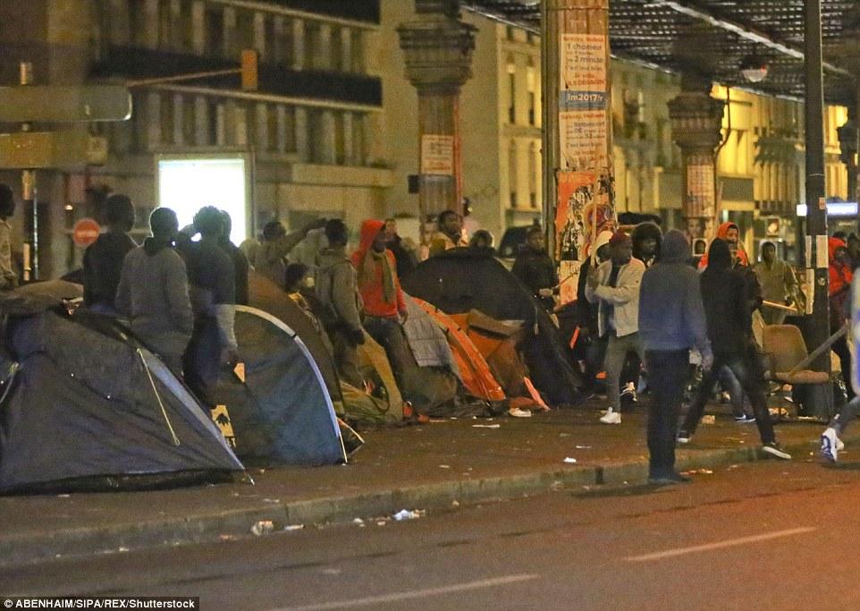 La cause de la violence n'est pas encore connue, mais elle implique de grands groupes de migrants qui campent dans le quartier de Stalingrad à Paris