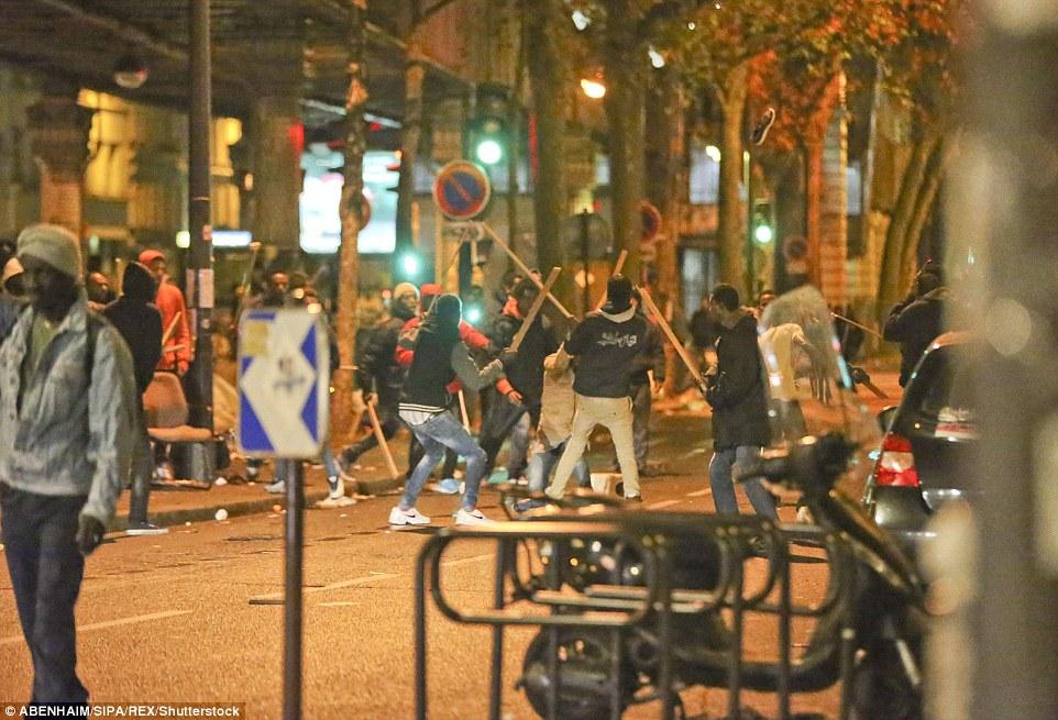 Bagarre de masse: Un groupe d'hommes pouvait être vu se battre l'un l'autre avec de longs morceaux de bois pendant la nuit à Paris