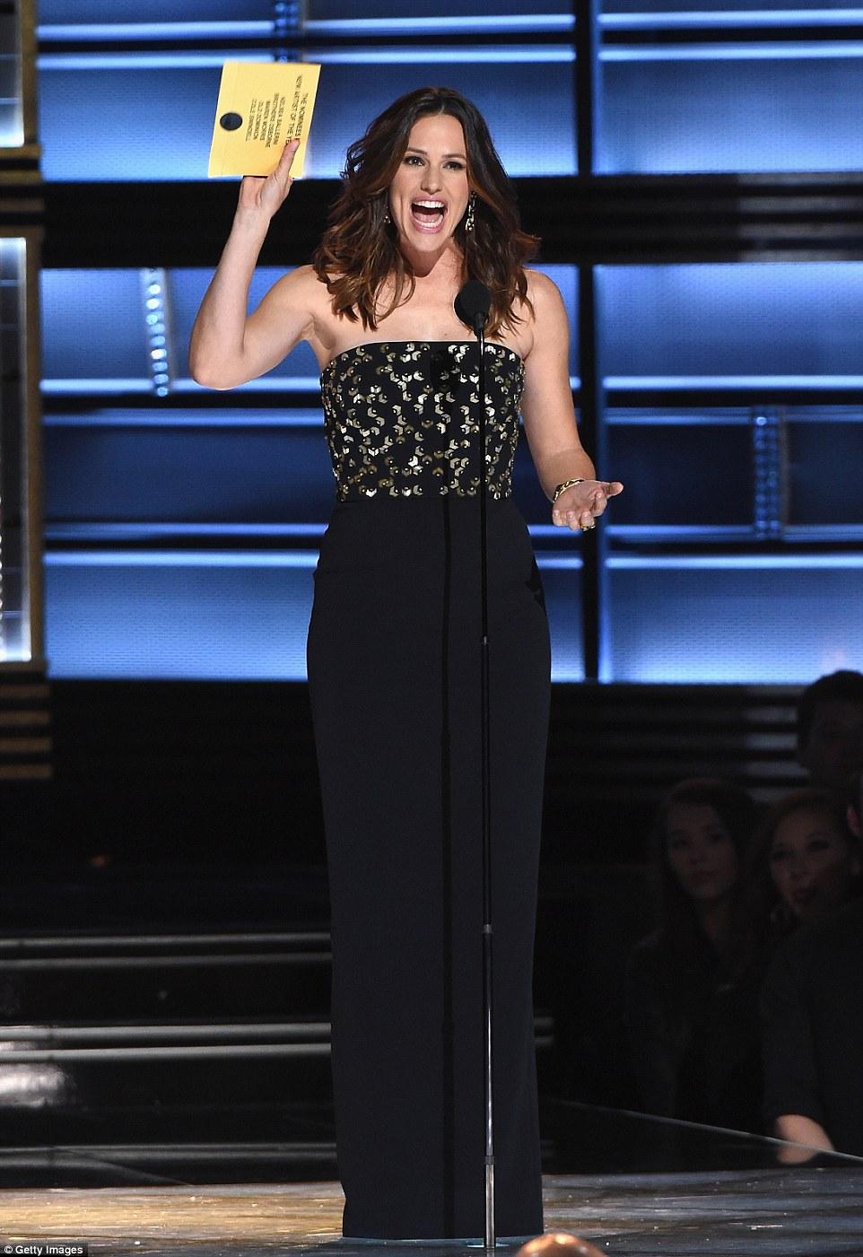 Consideravelmente: Jennifer Garner foi uma das estrelas que se apresentam para a ocasião como ela fez Melhor Novo Artista do Ano