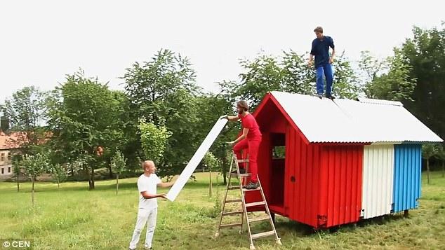 Valda ei suoi amici costruiscono la casa in un campo vicino al suo villaggio nella Repubblica Ceca