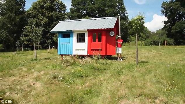 Un architetto ceco ha inventato una casa piccola, flat-pack che costa meno di 1.000 £ e può essere costruito in poche ore