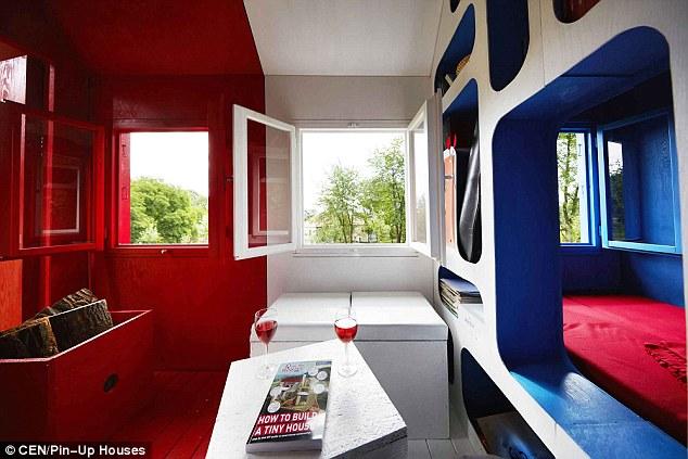 Fa parte del suo progetto Pin-up Case, che, così come le case piccole, include anche piccoli capannoni, cabine, cottage e casette