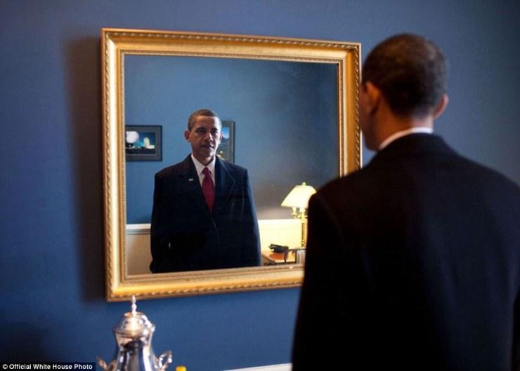 20 janvier 2009. «Le président élu Barack Obama était sur le point de sortir pour prendre le serment d'office. Les coulisses du Capitole, il a pris un dernier regard sur son apparence dans le miroir '