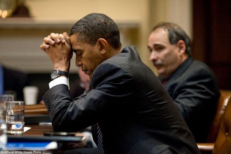 Le président Obama apparaît dans la pensée profonde que lui et conseiller principal David Axelrod écouter lors d'une réunion sur le changement climatique dans la salle Roosevelt de la Maison Blanche. Un instant plus tard, il était «en riant à un échange humoristique.
