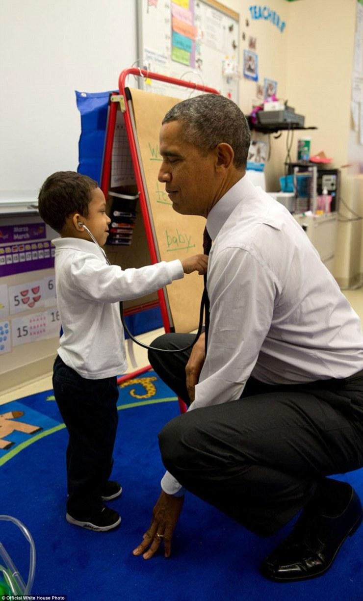 4 mars 2014. «Le président était en visite à une salle de classe à l'école primaire Powell à Washington, DC Un jeune garçon utilisait un stéthoscope pendant la classe, et que le président était sur le point de quitter la salle, le Président lui a demandé de vérifier son rythme cardiaque '