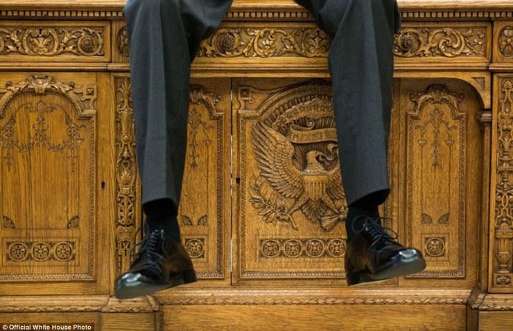 1er octobre 2015. «je me suis concentré sur le détail du bureau Resolute que le président parlait avec deux aides dans le bureau ovale '