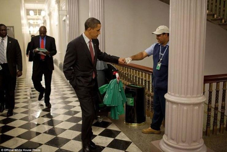 3 décembre 2009. Obama poing bosses gardien Lawrence Lipscomb dans le bureau du bâtiment Eisenhower exécutif après la session d'ouverture du Forum de la Maison Blanche sur l'emploi et la croissance économique