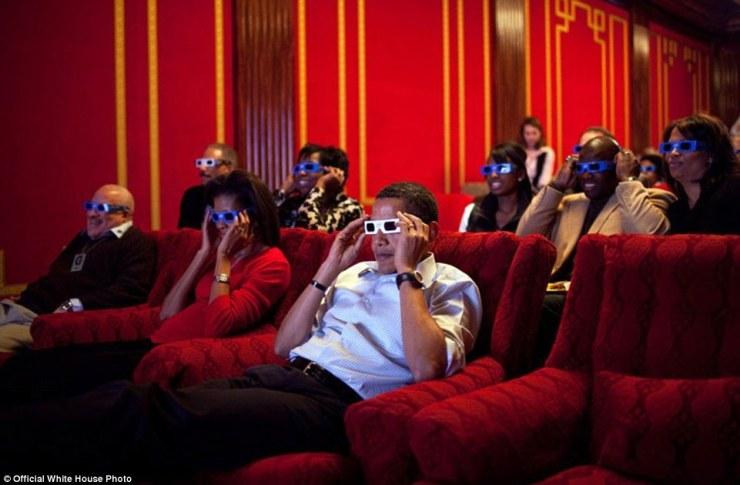 25 mai 2012. «Le président était accueillant les membres du service et leurs familles à une projection de Men in Black 3 dans la famille Theater Maison Blanche. Le film a été présenté en 3D, de sorte que le président en plaisantant leur a demandé d'essayer sur leurs lunettes 3D alors qu'il leur parlait '