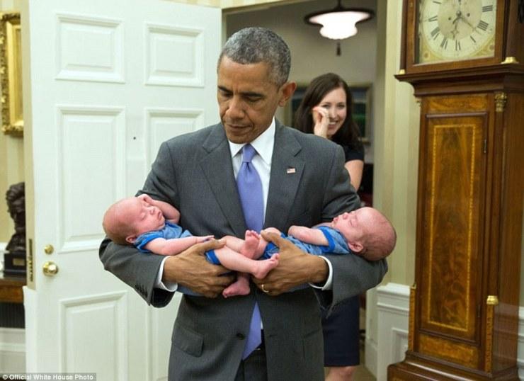 17 juin 2015. Le Président porte les garçons jumeaux de Katie Beirne Fallon, directeur des affaires législatives, dans le Bureau ovale quelques mois seulement après leur naissance