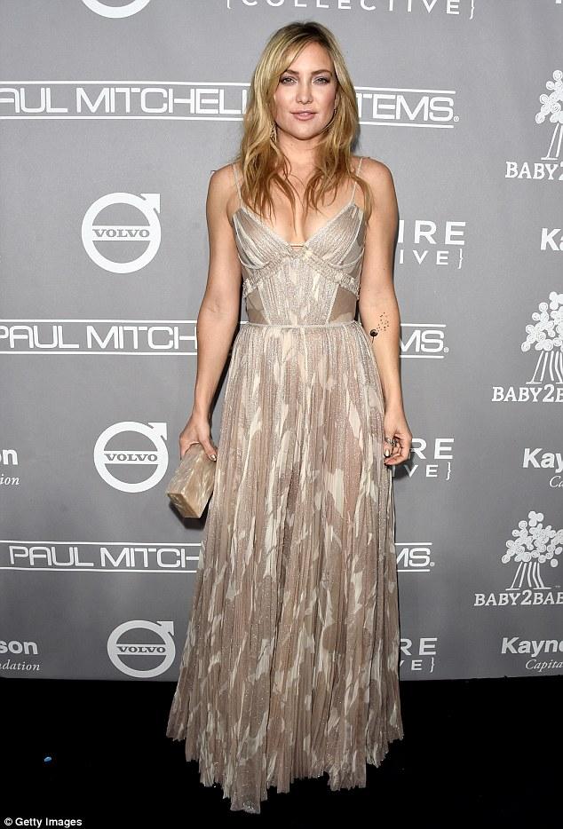 recursos amplos: Kate Hudson, 37, colocar em uma exibição muito peituda em um vestido de alcinhas tan texturizado que também foi até o chão