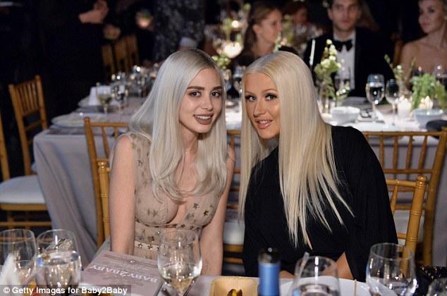Blondes unidos: Alexandra Lenas cosied para Christina