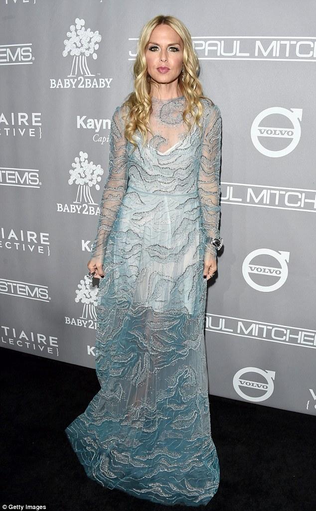 Criativa: Moda designer para as estrelas Rachel Zoe, 45, fez uma declaração em um oceano inspirado vestido turquesa pura, que ela em camadas sobre um vestido branco coxa-comprimento de base