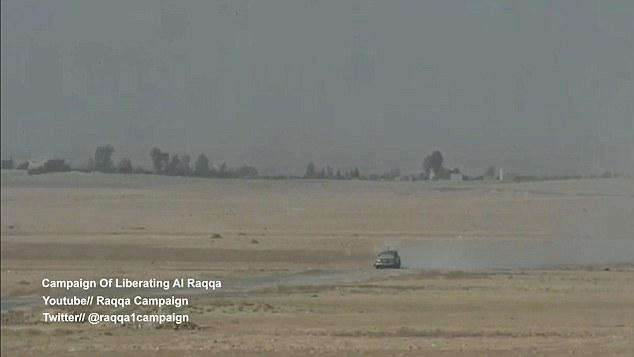 Le véhicule, un véhicule explosif improvisé de véhicule suicide, se dirige vers sa cible, les forces alliées