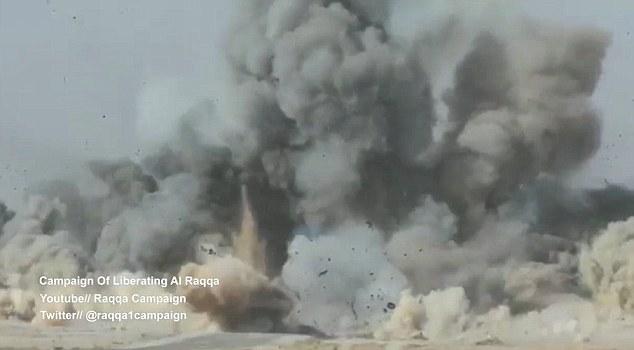 Les éloges peuvent être entendus sur la vidéo comme les forces alliées, composées principalement de combattants kurdes, célèbrent