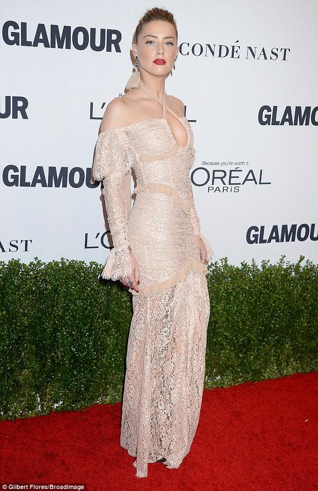 O vestido impressionante apresentou um projeto de fraque que mostrou ombros de clivagem e cremoso da estrela