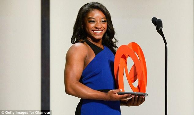 Ela merece!  Honoree Simone Biles aceitou o prêmio em um vestido azul e preto