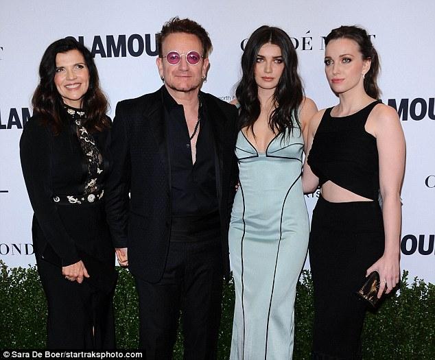 Faça um suporte: Falando nas mulheres do encanto das concessões do ano, Bono (visto com a esposa Ali e filhas Eve e Jordan LR) fez com que ele abordou a questão da igualdade de género