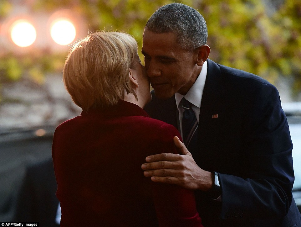 Bacio sulla guancia: La coppia ha condiviso un caldo abbraccio davanti alla stampa in attesa, come Obama ha fatto la sua strada verso la riunione