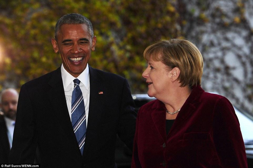 Ridere: Sia Obama e Merkel sembrano condividere una battuta privata come si fanno strada nella Cancelleria federale a Berlino
