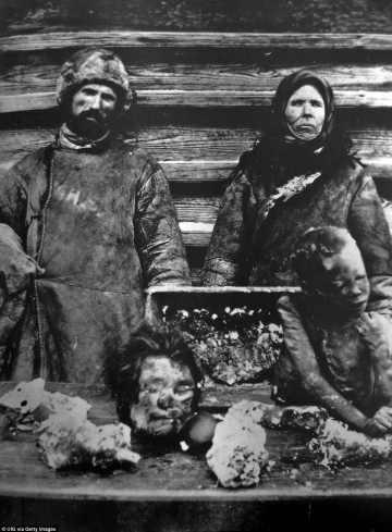 Una pareja rusa vender partes del cuerpo humano en un mercado. La gente de Rusia empezaron a comer y vender extremidades humanas debido a la lucha de los alimentos durante la hambruna rusa de 1921