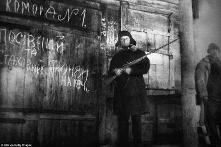 Un hombre armado guarda el almacenamiento de los cultivos y el suministro de emergencia de grano para el año 1934 en esta fotografía documental exhibido en una exposición en Kiev, dedicada a Holodomor, la gran hambruna ucraniana de principios de 1930