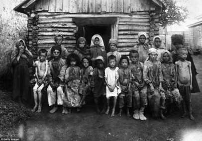 En esta imagen tomada en octubre de 1921, los niños refugiados afectadas por el hambre se ven en Rusia durante la guerra civil rusa