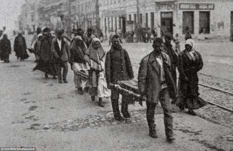 Esta foto muestra a partir de 1921 se celebran los funerales de los niños hambrientos en las calles de Samara