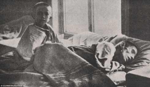 Los niños se ven hambrientos y envueltos en mantas en el Hospital de Samara en 1921