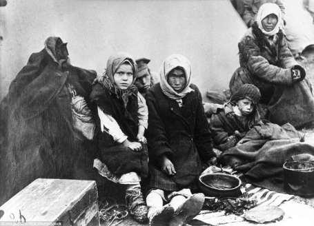 Una familia de Chuvashia hambrientos se ven cerca de su tienda de campaña en Samara, en la Unión Soviética, en 1921-22