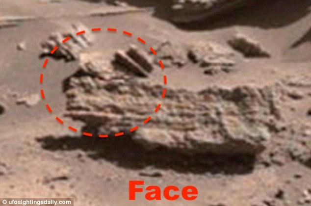 Una cara también se vio tallada en una roca, que es una observación muy popular en Marte. Muchos creen que hace millones de años una batalla se prolongó a través de la superficie del planeta rojo y terminaron cuando el Rey de Marte fue decapitado y sus sujetos construido monumentos de él