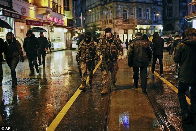 Police armée dans les rues d'Istanbul pour les célébrations du Nouvel An