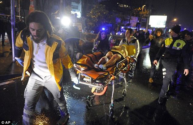 Médecins transportent une personne blessée sur les lieux après une attaque à la discothèque populaire à Istanbul