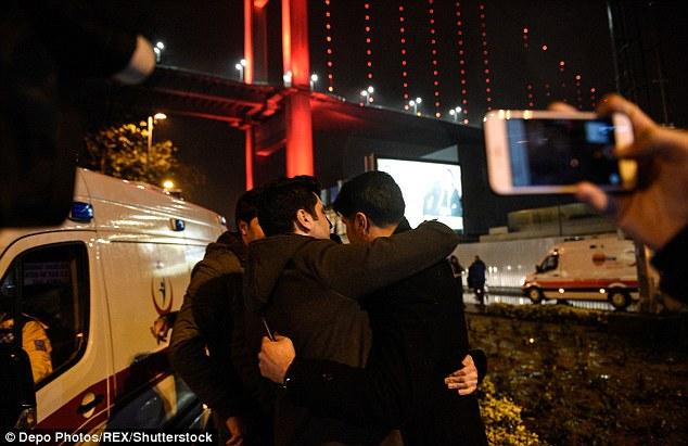 Survivants embrasser après l'atrocité, qui a vu un homme armé armé d'une arme automatique ouvrir le feu dans une discothèque occupée, tuant 35 personnes